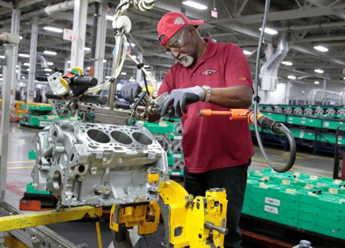 シガン州ロムラスの工場で働く従業員