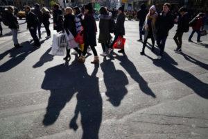 はニューヨークの街を歩く人々