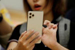 iPhoneを手に取る人