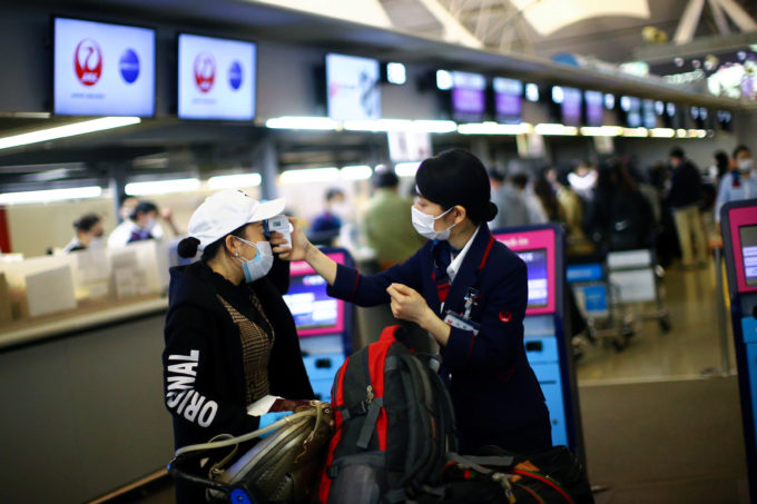 関西国際空港でマスクを着用して接客するJALの従業員