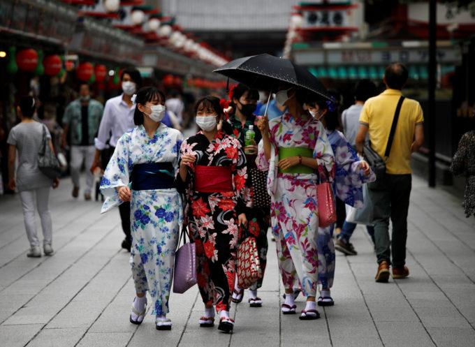 東京・浅草地区をマスク着用で歩く観光客