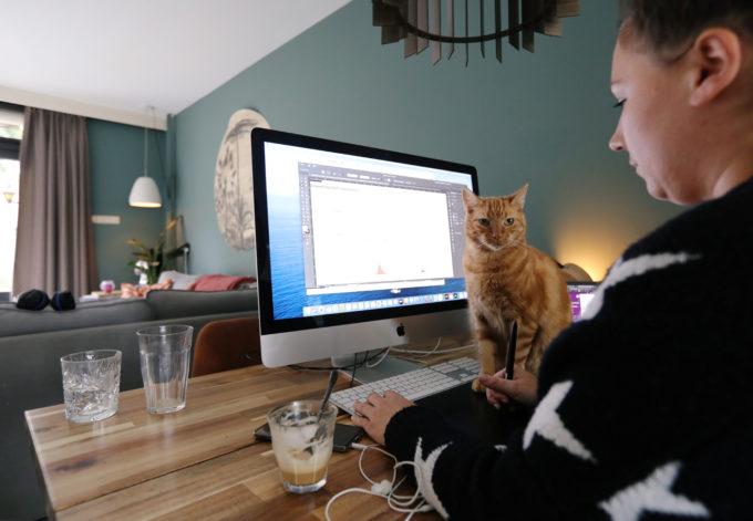 オランダのサッセンハイムの自宅で仕事をする女性