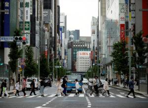 東京・銀座のショッピング街を行き交う人々