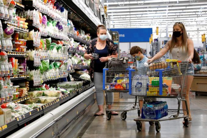 米ペンシルベニア州にあるマーケットで買い物をする人