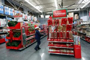 クリスマスの飾りつけを点検するウォルマートの従業員