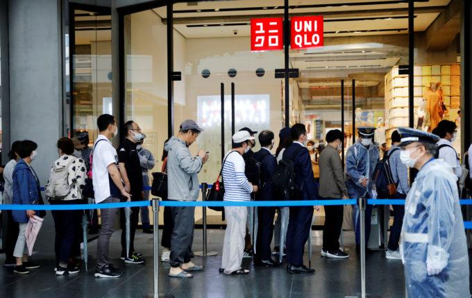 新規オープンした東京のユニクロ店にマスク姿で入店する買い物客
