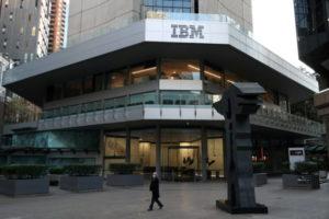 IBMのロゴが掲示されたビル
