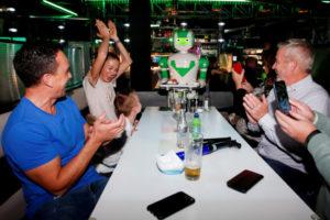 英ミルトン・ケインズのレストランで誕生ケーキを配膳するロボット