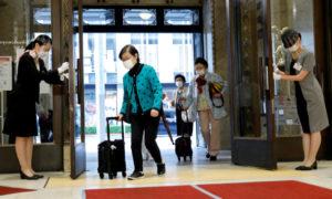東京都中央区の高島屋日本橋店の開店風景