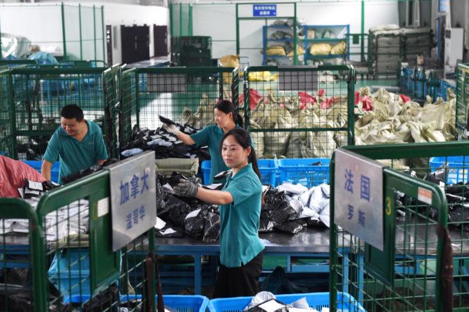 安徽省合肥で郵便物を分ける作業員