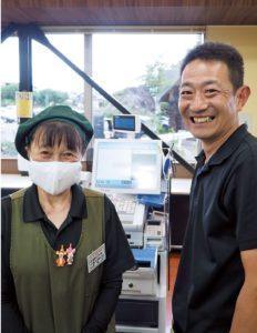 ひまわり市場の那波秀和社長(右)と、名物チェッカーの小松さん