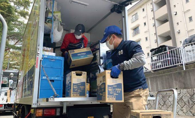 コープこうべの配達員が荷物をトラックに積み込む様子