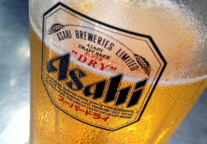 アサヒビールと書かれたグラスに注がれたビール