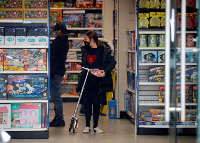 米ニューヨークの店舗で買い物をする人