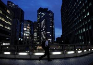 東京都内のオフィスビル街の夜景