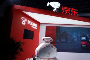 中国JDドットコムのロゴが書かれたロボット