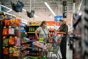 ニュージャージー州ブランズウィックのマーケットで買い物をする人