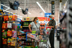 米ニュージャージー州のマーケットで買い物をする人