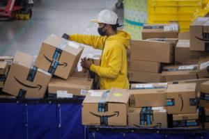 ニューヨークの倉庫でアマゾンの配送作業をしている人