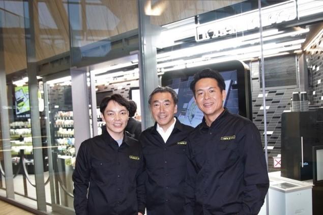 TOUCH TO GOの阿久津智紀社長(左)と波川敏也副社長(右)。中央がファミリーマートの澤田貴司社長。