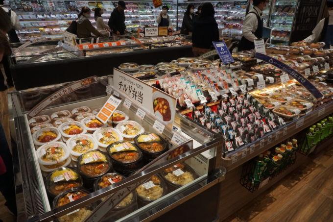 朝霞店では常温弁当(写真右)の近くで、チルド弁当(左手前)と冷凍弁当(左奥)を販売している