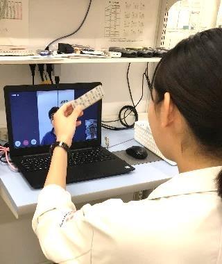 MICINが提ココカラファインの薬剤師がオンラインで服薬指導をしている様子供するオンライン服薬指導システムを活用する