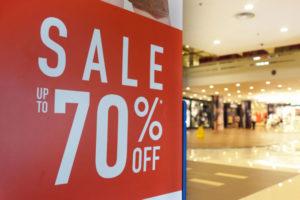 今やセールに依存していると言ってもいい、ショッピングセンターの体質は変わるか?(tylim / iStock)