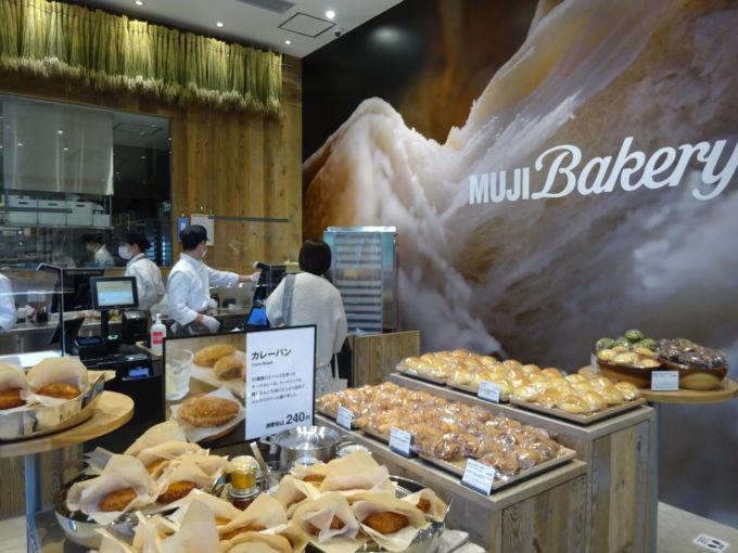 ベーカリー売場では、商品数を銀座店の約2倍に拡大している