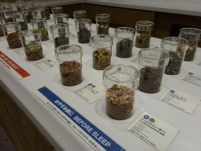 「ブレンドティー工房」では、32種類のオリジナル茶葉を量り売りで提供する
