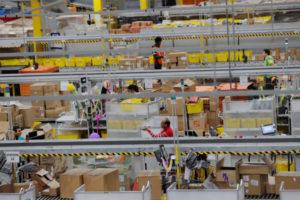 米国のアマゾンの商品発送センターのようす