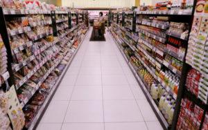 千葉のスーパーで買い物をする人