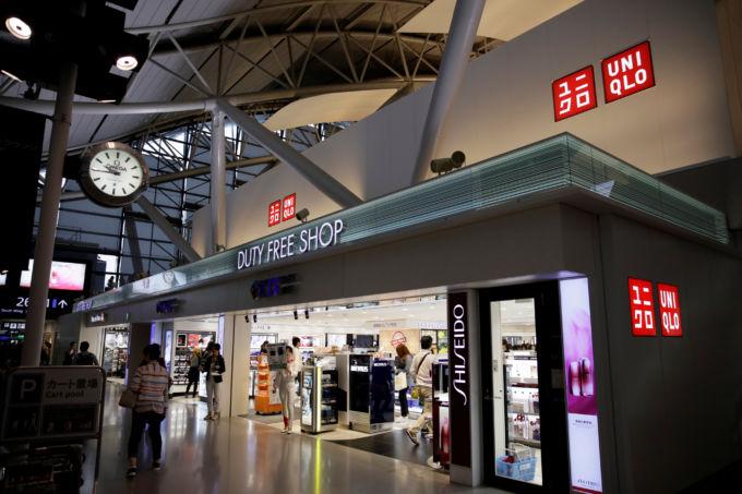 関西国際空港にあるユニクロショップで買い物をする人々