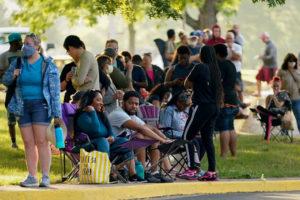 米ケンタッキー州の就職センターの外に並ぶ人々