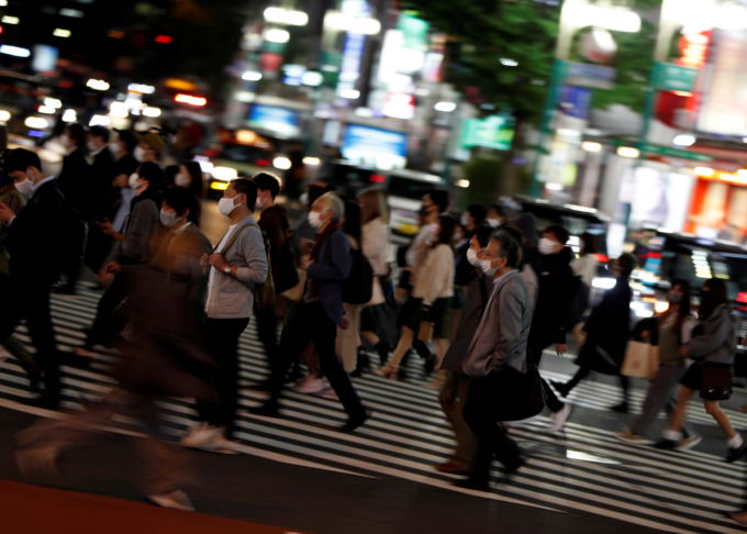 都内の横断歩道を歩く人々