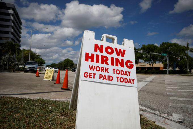 フロリダ州マイアミの道に置かれた求人の広告