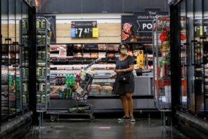 米ペンシルベニア州のスーパーで買い物をする人