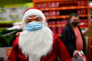 米デラウエア州ウィルミントンの小売店に飾られたマスクをつけたサンタ人形