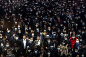 ラッシュ時の東京・品川駅rを歩くマスク姿の通勤客