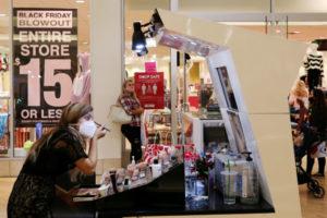 米サウスカロライナ州のショッピングセンターでメイクをする人