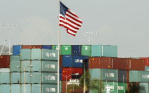 米ロサンゼルスの港で積み上げられたコンテナ