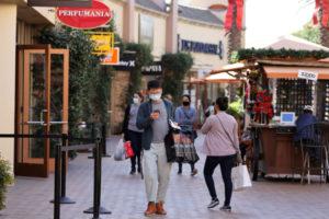 米カリフォルニア州のマーケットで買い物をする人