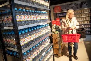 デンマーク・バイレのスーパーで買い物をする人