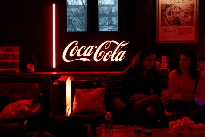 コカ・コーラのロゴが飾られたパリの飲食店