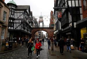 英チェスターの街を歩く人