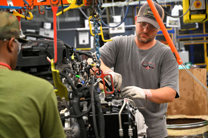 米テネシー州の製造工場で作業をする人