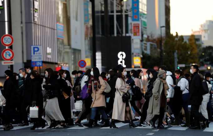 都内の横断歩道を渡る人々