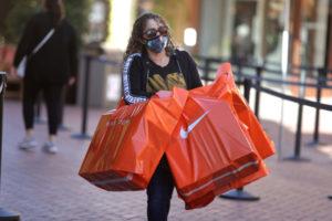 米カリフォルニア州コマースのモールで買い物をする人