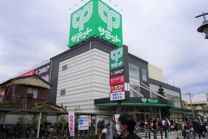 """12月9日にオープンした「サミットストア五反野店」(東京都足立区)。1977年開業で地域の""""象徴""""のような存在として愛されてきた繁盛店だ"""