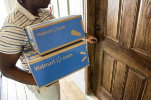 ウォルマートのEC商品を配達する人