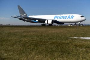 ペンシルベニア州の空港にあるアマゾンの航空機
